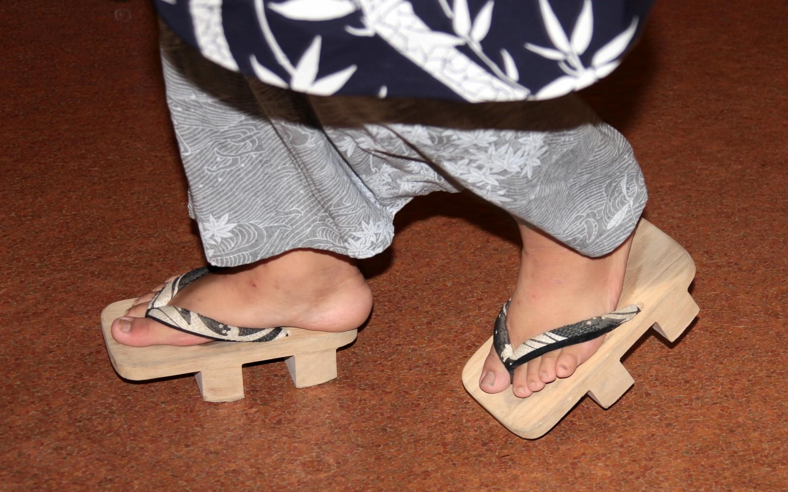 sumo portant des geta chaussures en bois. Black Bedroom Furniture Sets. Home Design Ideas